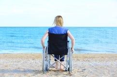 Νέα γυναίκα στην αναπηρική καρέκλα Στοκ Εικόνες