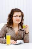 Νέα γυναίκα στην αρχή στοκ εικόνα με δικαίωμα ελεύθερης χρήσης