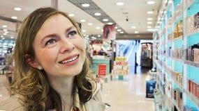 Νέα γυναίκα στην αρωματοποιία Στοκ εικόνα με δικαίωμα ελεύθερης χρήσης