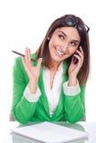 Νέα γυναίκα στην εργασία που χαμογελά σε κινητό σας Στοκ φωτογραφία με δικαίωμα ελεύθερης χρήσης