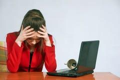 Νέα γυναίκα στην εργασία στο γραφείο ενόχληση στοκ εικόνα