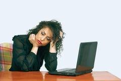Νέα γυναίκα στην εργασία στο γραφείο ενόχληση στοκ εικόνες