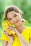 Νέα γυναίκα στην κίτρινη μπλούζα Στοκ Φωτογραφία