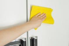 Να κάνει τα οικιακά με το ψυγείο Στοκ Εικόνα