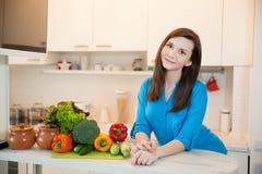 Νέα γυναίκα στην κουζίνα στοκ φωτογραφίες