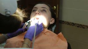 Νέα γυναίκα στην οδοντική κλινική Καθαρισμός δοντιών απόθεμα βίντεο
