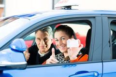 Νέα γυναίκα στην οδήγηση του μαθήματος στοκ εικόνες