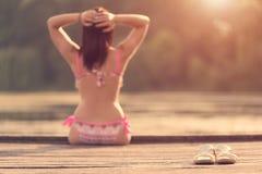 Νέα γυναίκα στην παραλία Εστίαση στα παπούτσια της Στοκ Εικόνες