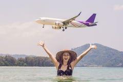 Νέα γυναίκα στην παραλία και τα προσγειωμένος αεροπλάνα μικρό ταξίδι χαρτών του Δουβλίνου έννοιας πόλεων αυτοκινήτων Στοκ εικόνα με δικαίωμα ελεύθερης χρήσης