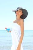 Νέα γυναίκα στην παραλία με το κοκτέιλ Στοκ εικόνες με δικαίωμα ελεύθερης χρήσης