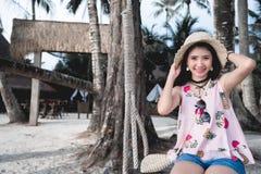 Νέα γυναίκα στην παραλία παραδείσου στις διακοπές στο νησί όμορφο γ στοκ φωτογραφίες
