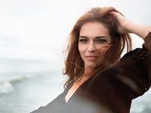 Νέα γυναίκα στην παραλία του ωκεανού, θάλασσα στο ηλιόλουστο γέλιο γυναικών ημέρας όμορφο στις διακοπές θερινού ταξιδιού Σχέσεις, στοκ φωτογραφίες