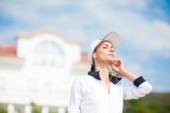 Νέα γυναίκα στην παραλία που ακούει τη μουσική Στοκ εικόνα με δικαίωμα ελεύθερης χρήσης