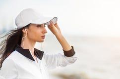 Νέα γυναίκα στην παραλία που ακούει τη μουσική Στοκ Εικόνες