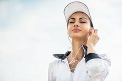 Νέα γυναίκα στην παραλία που ακούει τη μουσική Στοκ φωτογραφία με δικαίωμα ελεύθερης χρήσης