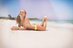 Νέα γυναίκα στην παραλία στοκ φωτογραφία
