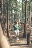 Νέα γυναίκα στην ταλάντευση στο δασικό νησί του Μπαλί στοκ φωτογραφίες
