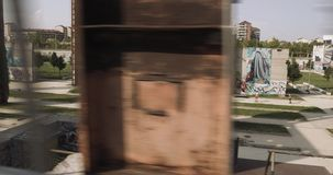 Νέα γυναίκα στην τρέχοντας κατάρτιση ένδυσης ικανότητας Πλευρά που ακολουθεί τη μακρινή άποψη από την εναέρια διάβαση πεζών θεριν φιλμ μικρού μήκους