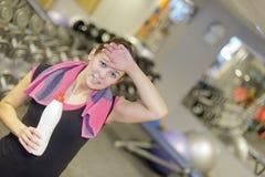 Νέα γυναίκα στη γυμναστική Στοκ εικόνα με δικαίωμα ελεύθερης χρήσης