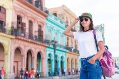 Νέα γυναίκα στη δημοφιλή περιοχή στην παλαιά Αβάνα, Κούβα Όμορφα ζωηρόχρωμα σπίτια ταξιδιωτικού υποβάθρου κοριτσιών στην πόλη Στοκ εικόνα με δικαίωμα ελεύθερης χρήσης