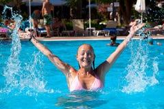 Νέα γυναίκα στη λίμνη στοκ εικόνα με δικαίωμα ελεύθερης χρήσης