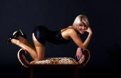 Νέα γυναίκα στη μαύρη τοποθέτηση φορεμάτων στο στούντιο Στοκ Εικόνες