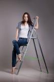 Νέα γυναίκα στη σκάλα βημάτων Στοκ Φωτογραφίες