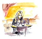 Νέα γυναίκα στη συνεδρίαση καφέδων στον πίνακα με το φλυτζάνι καφέ, σκίτσο απεικόνιση αποθεμάτων