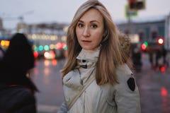 Νέα γυναίκα στη χειμερινή οδό στοκ εικόνες με δικαίωμα ελεύθερης χρήσης