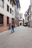 Νέα γυναίκα στη rue des Dentelles Στοκ Φωτογραφίες