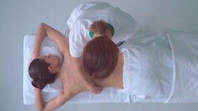 Νέα γυναίκα στη SPA Παραδοσιακή θεραπεύοντας θεραπεία και να τρίψει τις θεραπείες Υγεία, φροντίδα δέρματος, μασάζ, οστεοπάθεια κα απόθεμα βίντεο