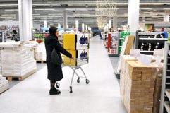 Νέα γυναίκα στις αγορές Στοκ Φωτογραφίες
