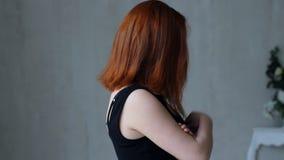 Νέα γυναίκα στις συγκινήσεις απόθεμα βίντεο