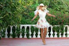 Νέα γυναίκα στον άσπρο χορό φορεμάτων Στοκ φωτογραφία με δικαίωμα ελεύθερης χρήσης