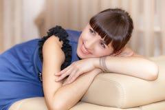 Νέα γυναίκα στον καναπέ στοκ φωτογραφία με δικαίωμα ελεύθερης χρήσης