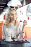 Νέα γυναίκα στον καφέ στοκ φωτογραφίες