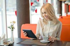 Νέα γυναίκα στον καφέ στοκ φωτογραφία