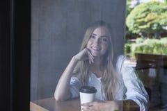 Νέα γυναίκα στον καφέ Στοκ εικόνα με δικαίωμα ελεύθερης χρήσης