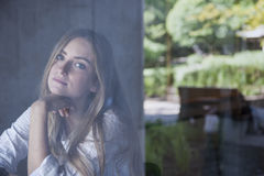 Νέα γυναίκα στον καφέ Στοκ εικόνες με δικαίωμα ελεύθερης χρήσης