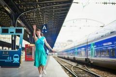 Νέα γυναίκα στον παρισινό υπόγειο ή σιδηροδρομικό σταθμό στοκ φωτογραφία με δικαίωμα ελεύθερης χρήσης