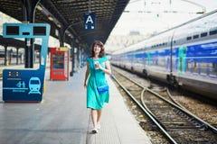 Νέα γυναίκα στον παρισινό υπόγειο ή σιδηροδρομικό σταθμό στοκ εικόνα