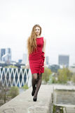 Νέα γυναίκα στον περίπατο φορεμάτων στην αποβάθρα Στοκ Εικόνες
