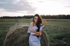 Νέα γυναίκα στον τομέα ανατολής Στοκ εικόνες με δικαίωμα ελεύθερης χρήσης
