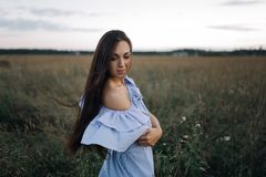 Νέα γυναίκα στον τομέα ανατολής Στοκ Εικόνα