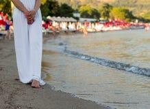Νέα γυναίκα στο άσπρο περπάτημα φορεμάτων στοκ εικόνες
