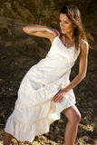 Νέα γυναίκα στο άσπρο φόρεμα Στοκ φωτογραφία με δικαίωμα ελεύθερης χρήσης
