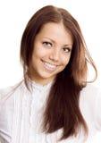 Νέα γυναίκα στο άσπρο χαμόγελο πουκάμισων Στοκ εικόνες με δικαίωμα ελεύθερης χρήσης