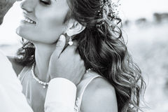 Νέα γυναίκα στο γαμήλιο φόρεμα υπαίθρια Όμορφη νύφη σε έναν τομέα στο ηλιοβασίλεμα μαύρο λευκό στοκ φωτογραφία με δικαίωμα ελεύθερης χρήσης