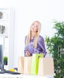 Νέα γυναίκα στο γραφείο με τις όμορφες τσάντες Στοκ φωτογραφία με δικαίωμα ελεύθερης χρήσης