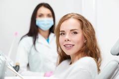 Νέα γυναίκα στο γραφείο οδοντιάτρων στοκ εικόνα